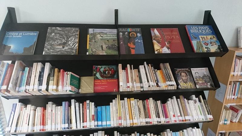 Bibliothèque paroissiale: un livre ouvert vers le Seigneur.