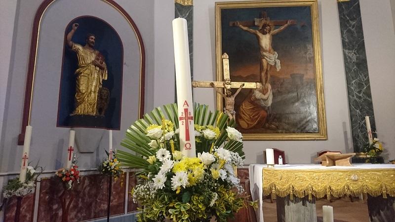 Fleurissement des cierges pascals : au coeur de notre foi, le Christ est lumière